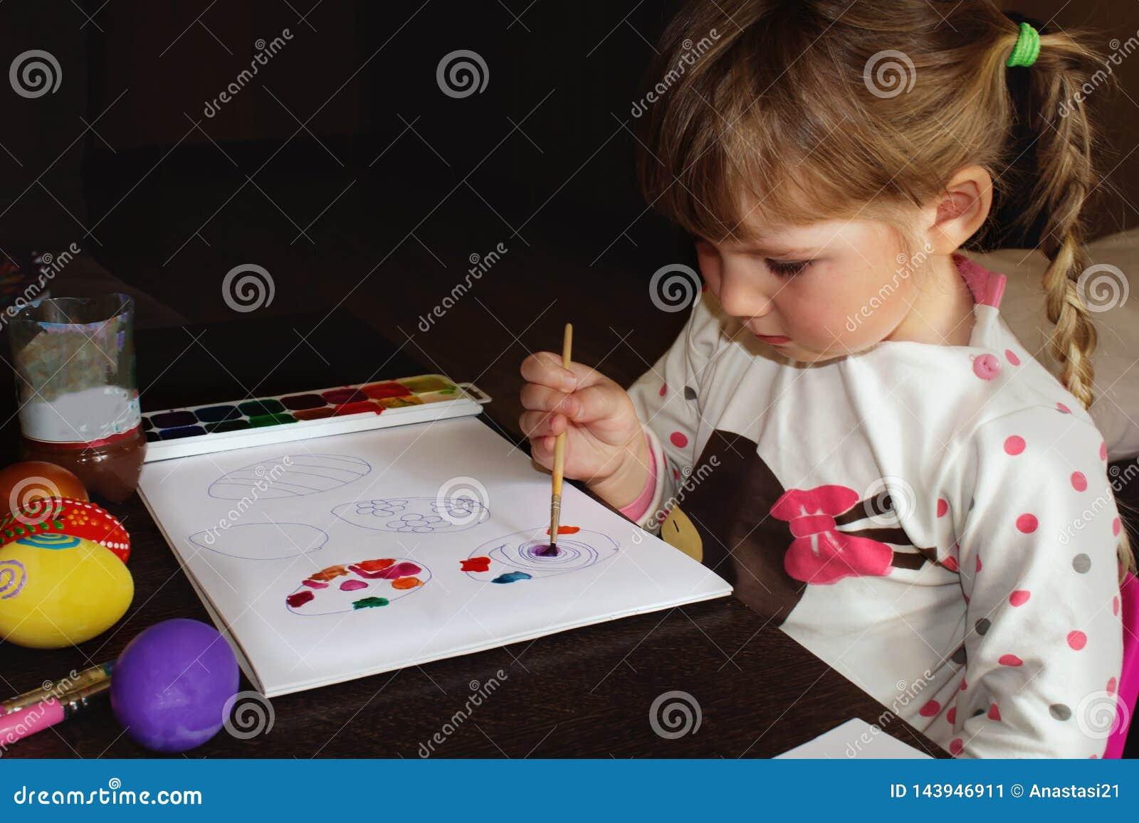 Tecknar flickan Barns teckning för påsken, målningägg