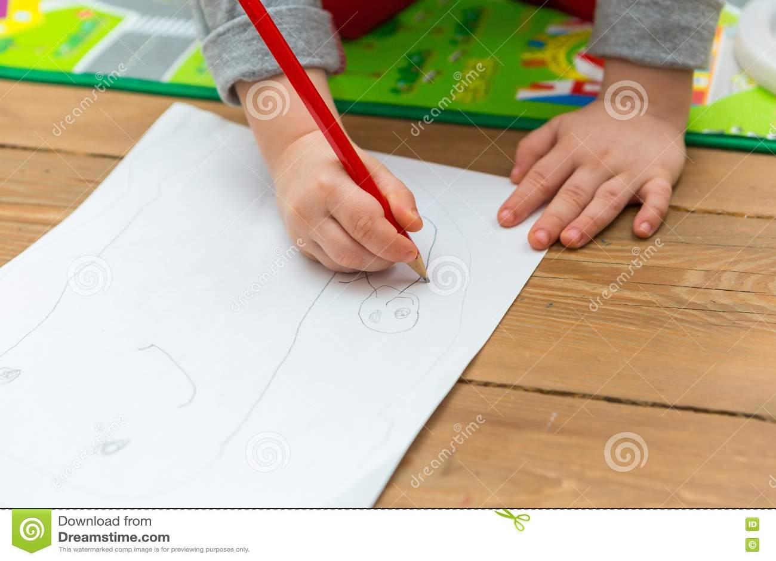 Teckning för litet barn med blyertspennan på vitbok