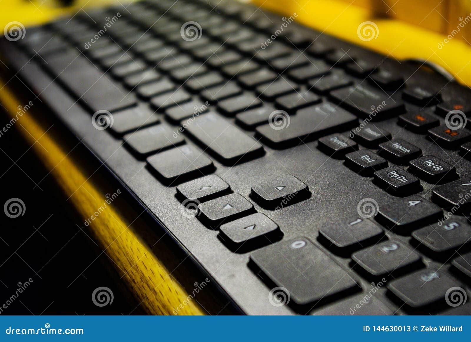 Teclado de computador ascendente próximo na mesa de madeira