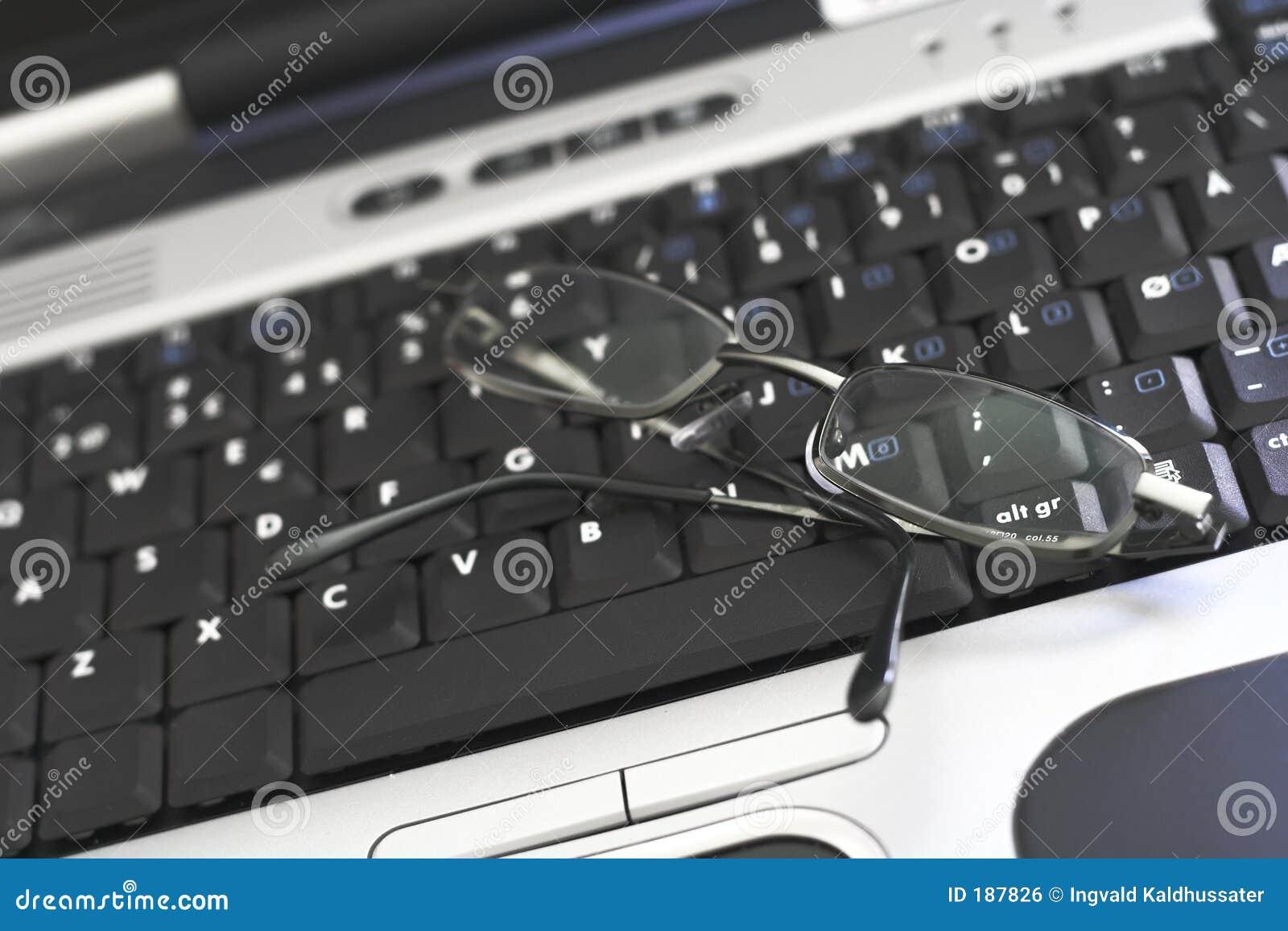Teclado de la computadora portátil con los vidrios
