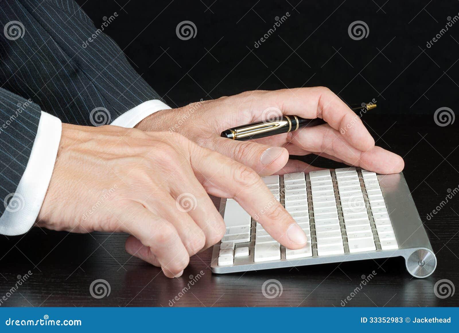 Teclado de ordenador de Pushes Enter On del hombre de negocios