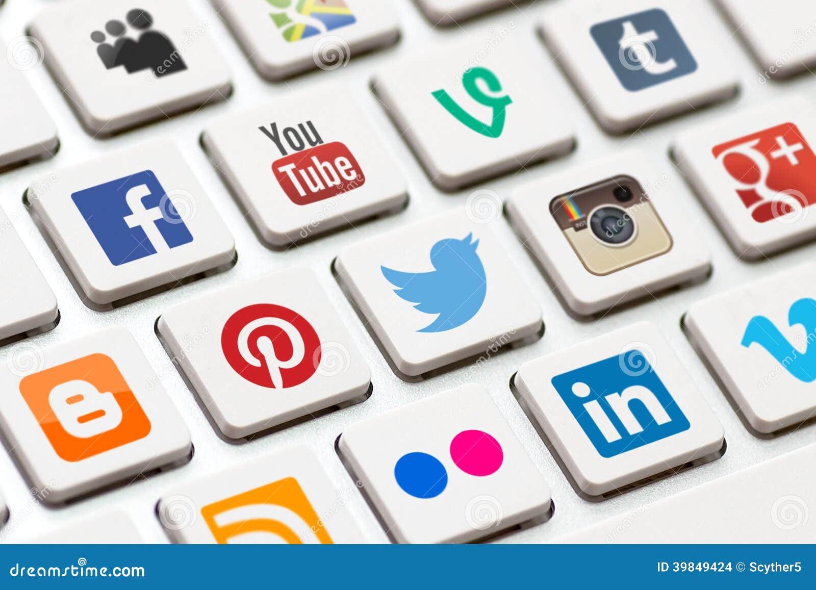Teclado moderno con los botones sociales coloreados de la red.
