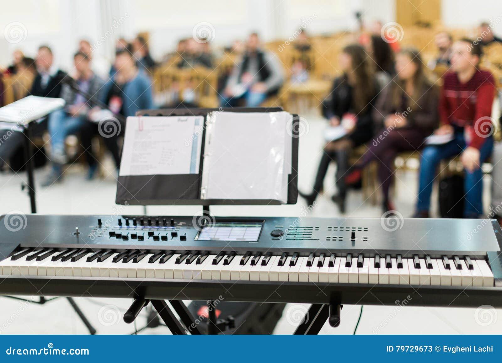 Teclado o piano eléctrico en etapa en el concierto vivo