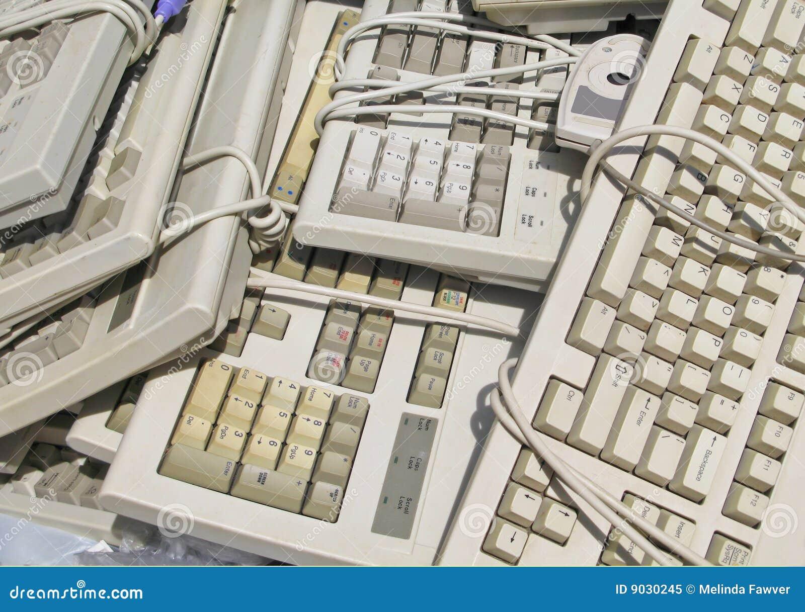 Teclados de ordenador reciclados foto de archivo libre de - Foto teclado ordenador ...