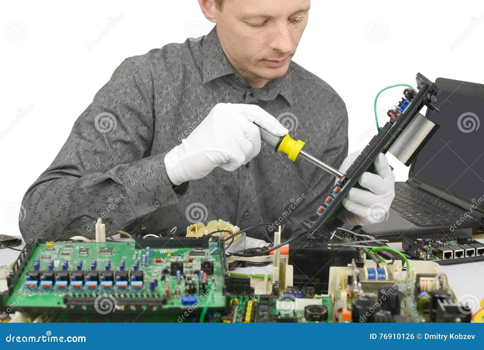 Tecnico che ripara computer