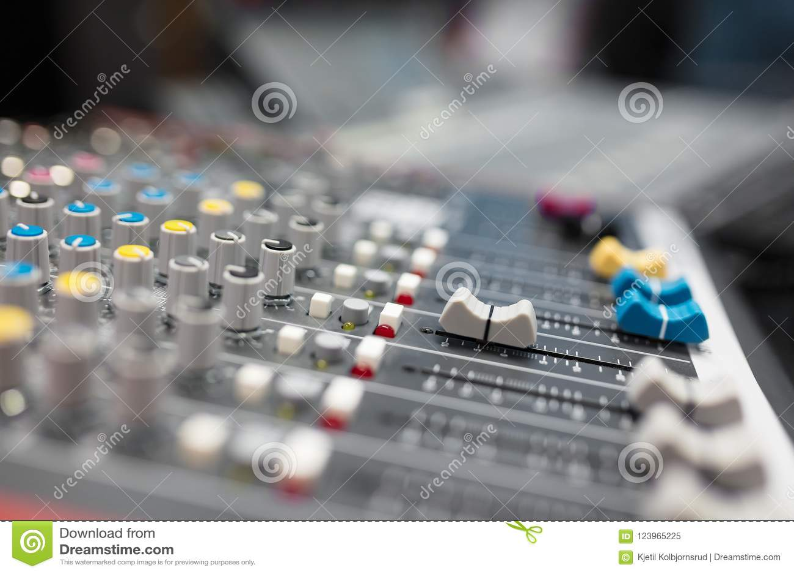 Tecnico del suono nello studio di registrazione di musica e di radiodiffusione