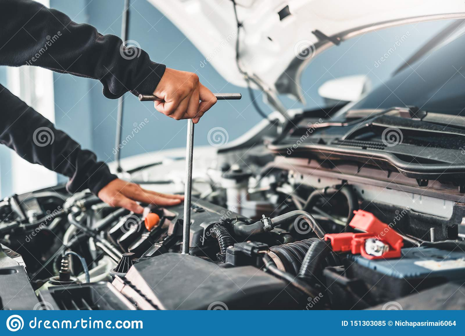 Tecnico Hands del meccanico di automobile che lavora in automobile di servizio e di manutenzione di riparazione automatica