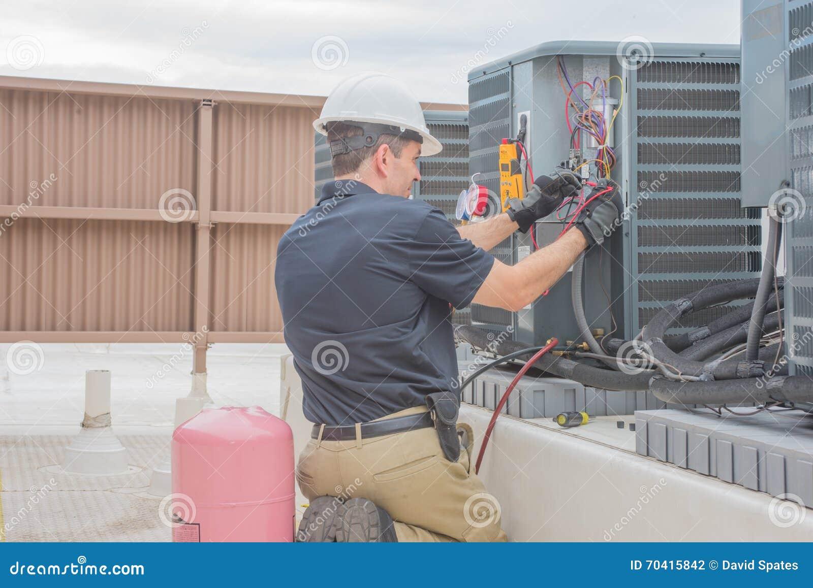Tecnología de la HVAC que comprueba el condensador