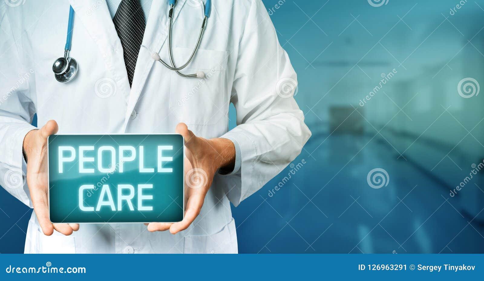 Tecnologia global no conceito da medicina Tabuleta do doutor Holding Blank Digital com texto do cuidado dos povos