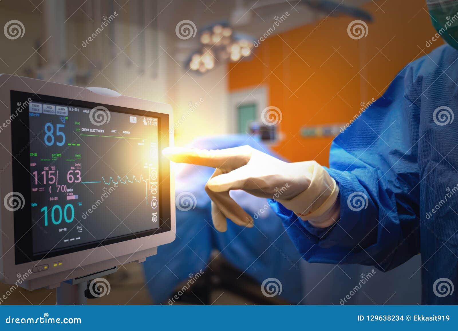 Tecnologia medica astuta nel concetto dell ospedale, medico nel campo del gruppo dei chirurghi che tiene gli strumenti medici per