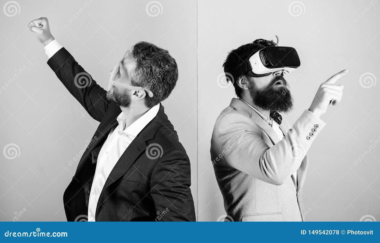 Tecnologia moderna do implementar do neg?cio Homem com a barba em vidros de VR e no acess?rio pl?stico louvered O indiv?duo inter