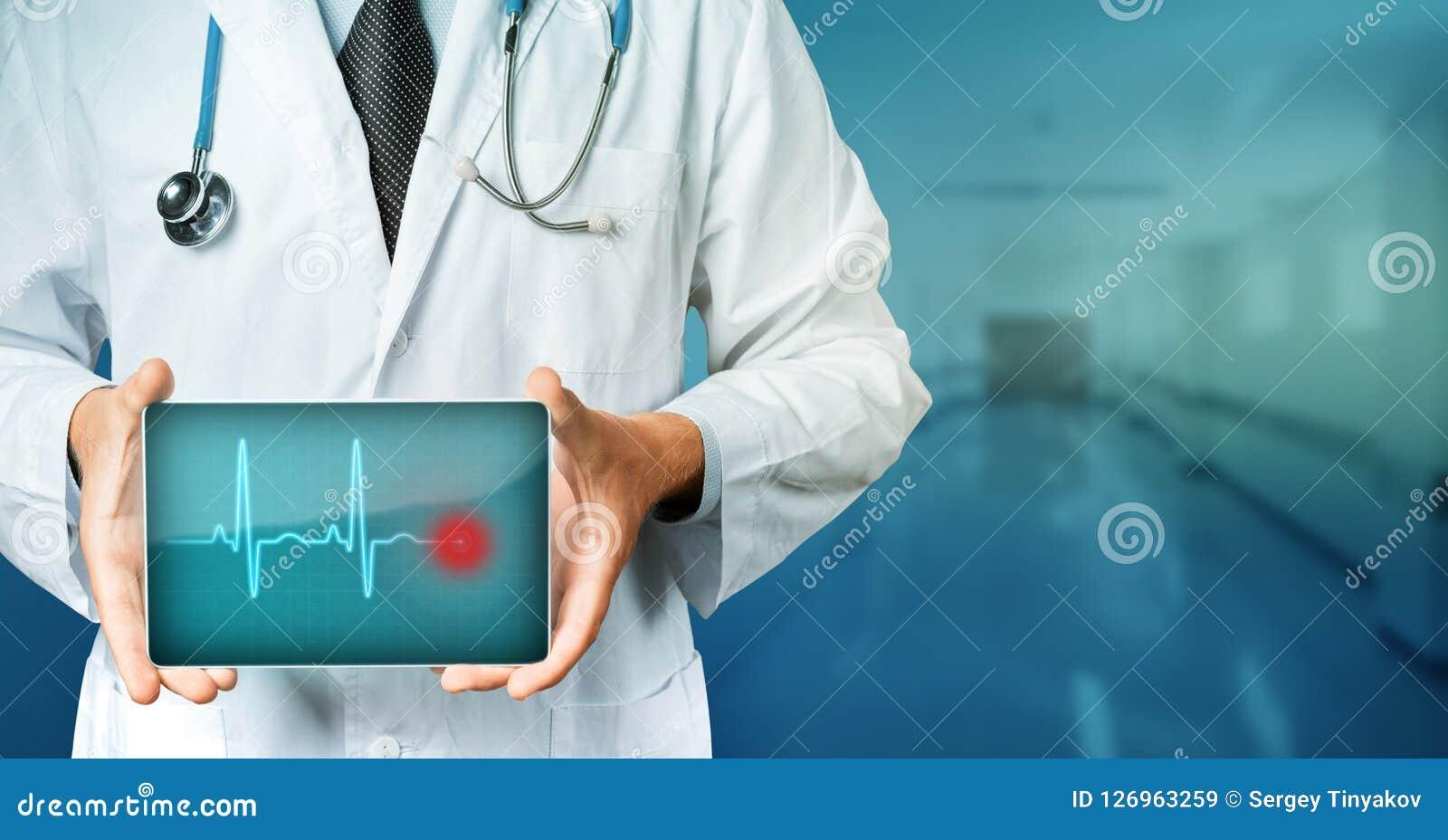 Tecnologia moderna no conceito da medicina Tabuleta do doutor Holding Blank Digital com cardio- ritmo Tecnologia moderna na medic