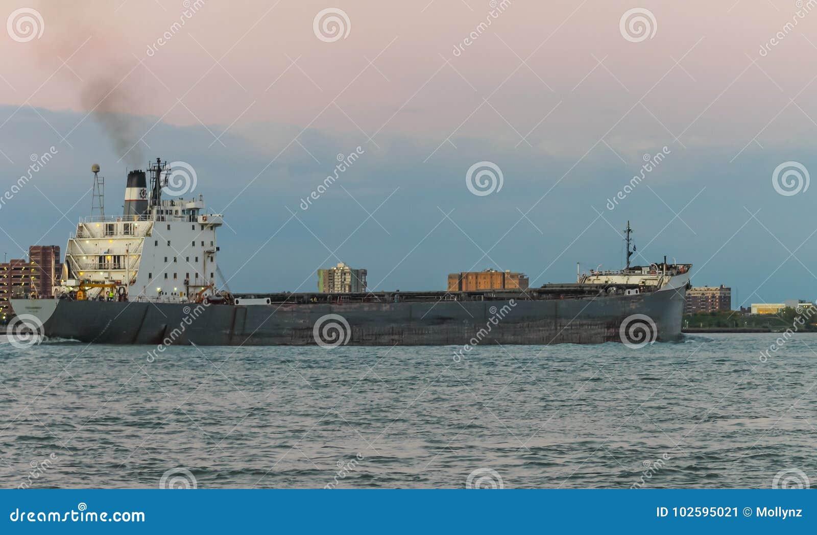TECUMSEH Masowego przewoźnika statek na Detroit rzece przy półmrokiem