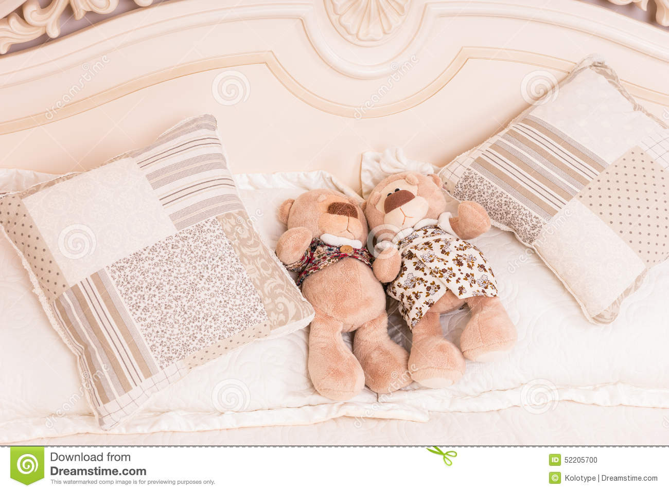 Teddy Bear Couple Snuggling en cama