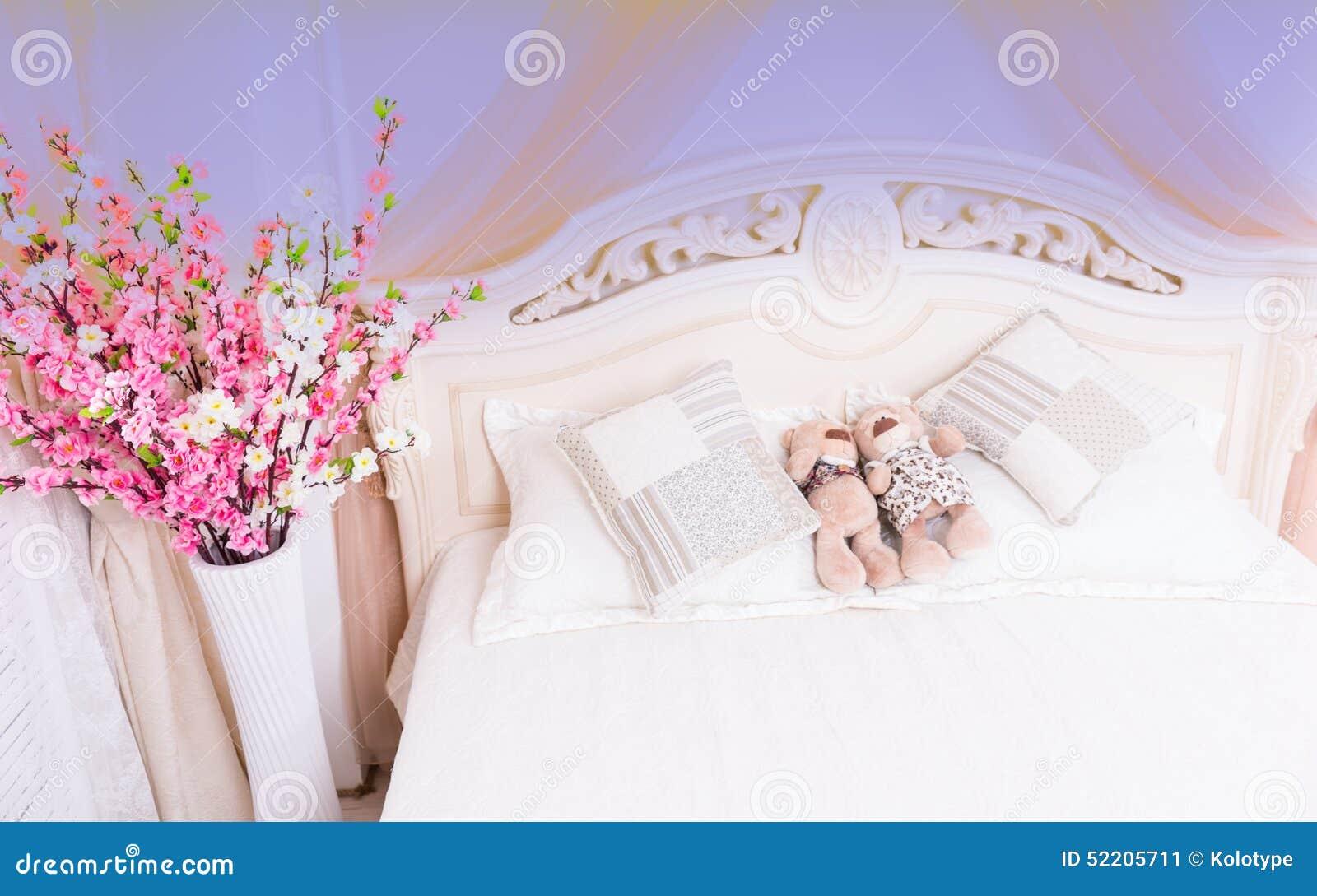 Teddy Bear Couple Snuggling på romantisk säng