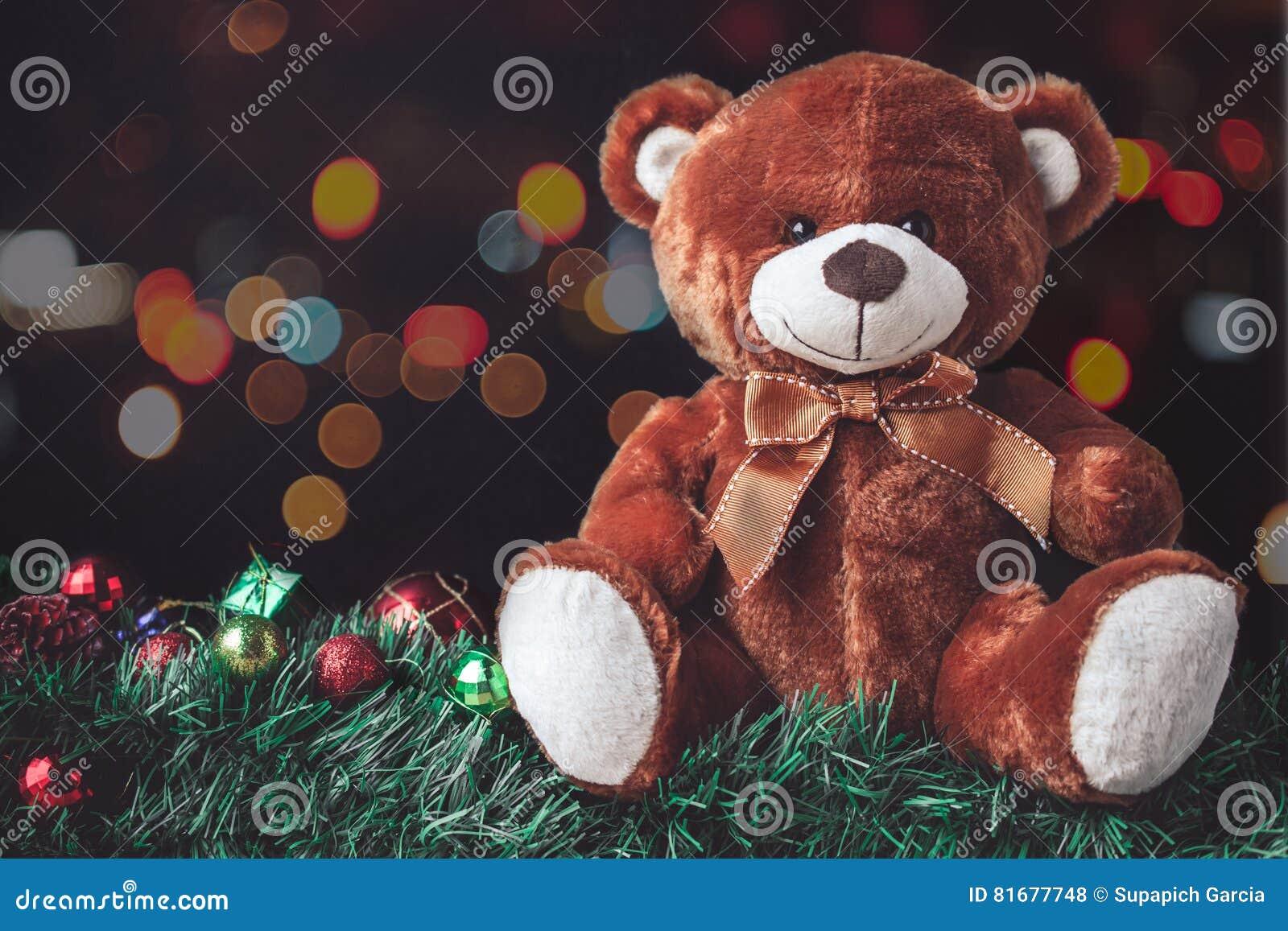 Teddy Weihnachten.Teddy Bear Im Weihnachten Mit Ball Und Geschenkbox In Der Unschärfe