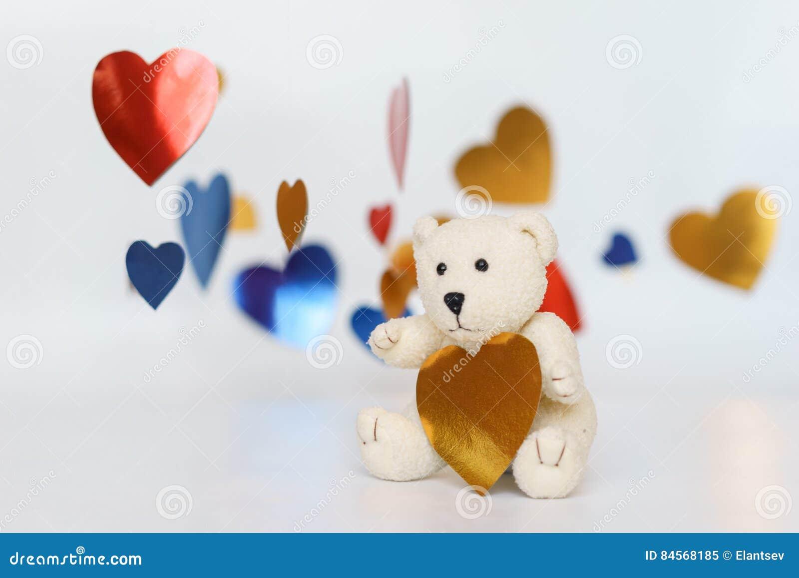 Teddy Bear Loving lindo, sentando los corazones solos, rojos hechos a mano