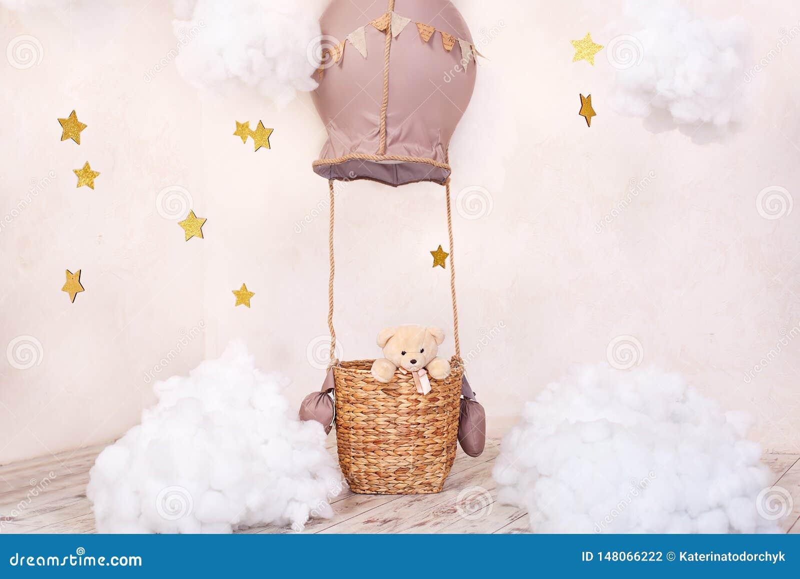 Teddybeerreiziger en proef Kinderjarendromen De ruimte van modieuze uitstekende kinderen met aerostaat, ballons en textielwolken