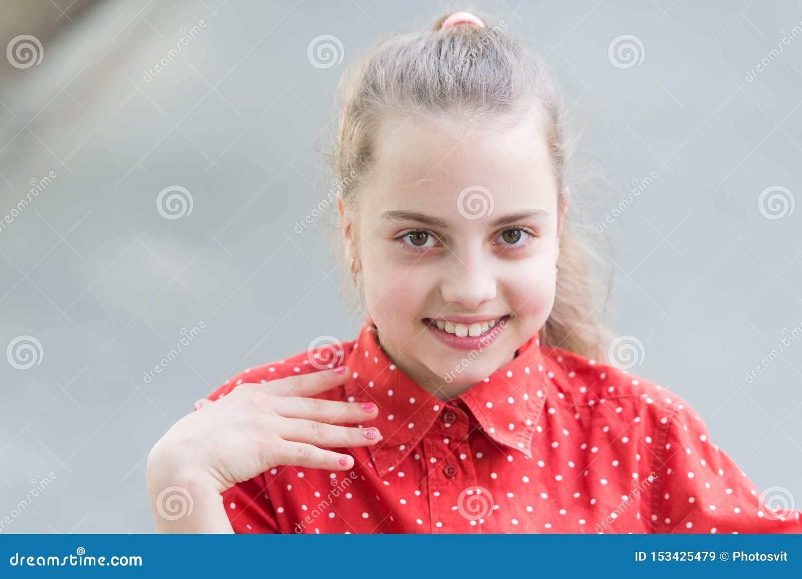 Teder klein jong geitje die mooi gezicht glimlachen Geluk en vreugde Toothy glimlach Weinig kind gelukkige glimlach Het glimlache