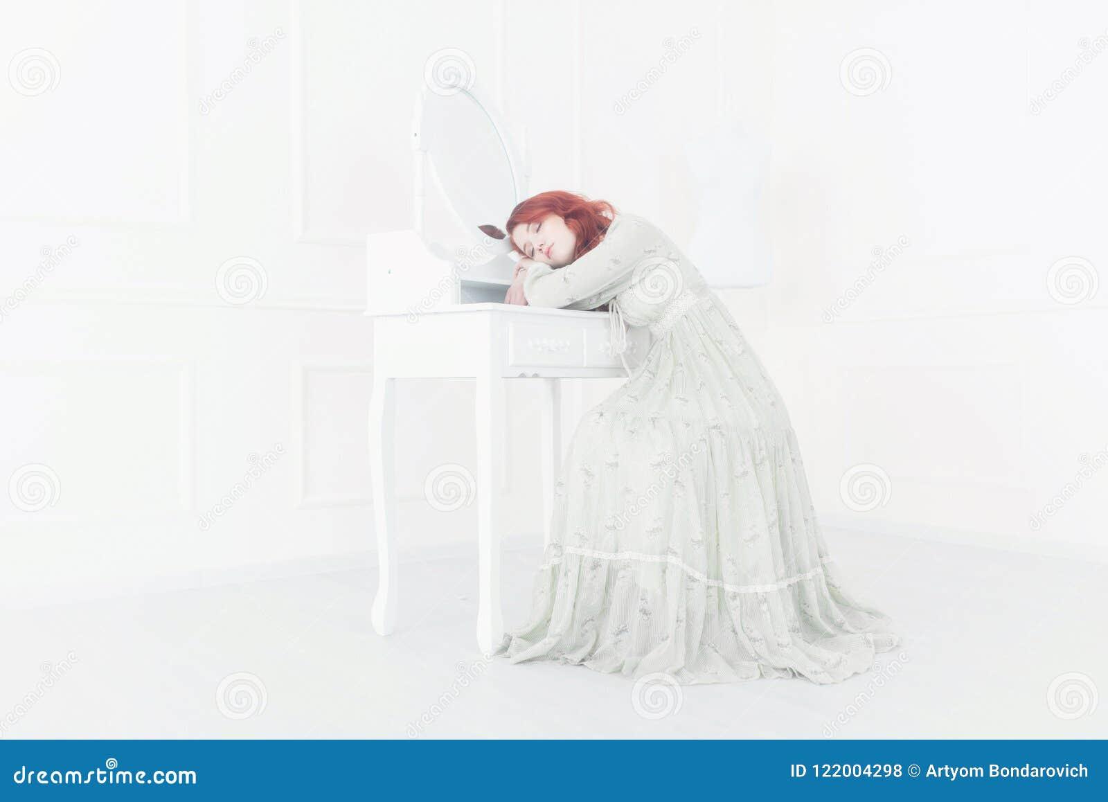 Teder retro portret van een jonge mooie dromerige roodharigevrouw