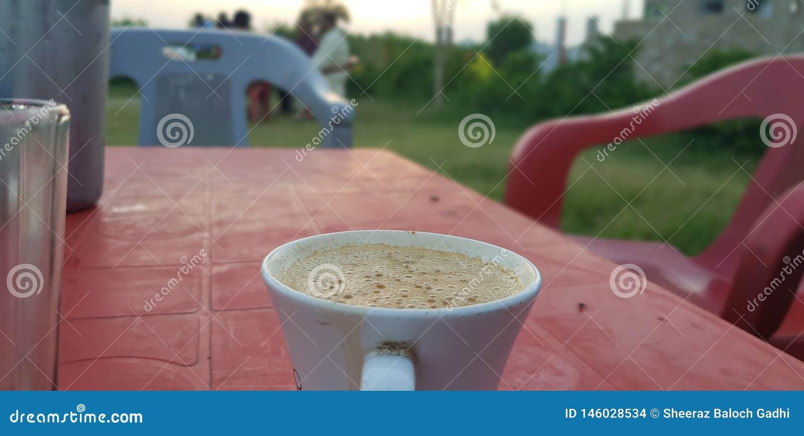 Tee in der Sonnenuntergangzeit