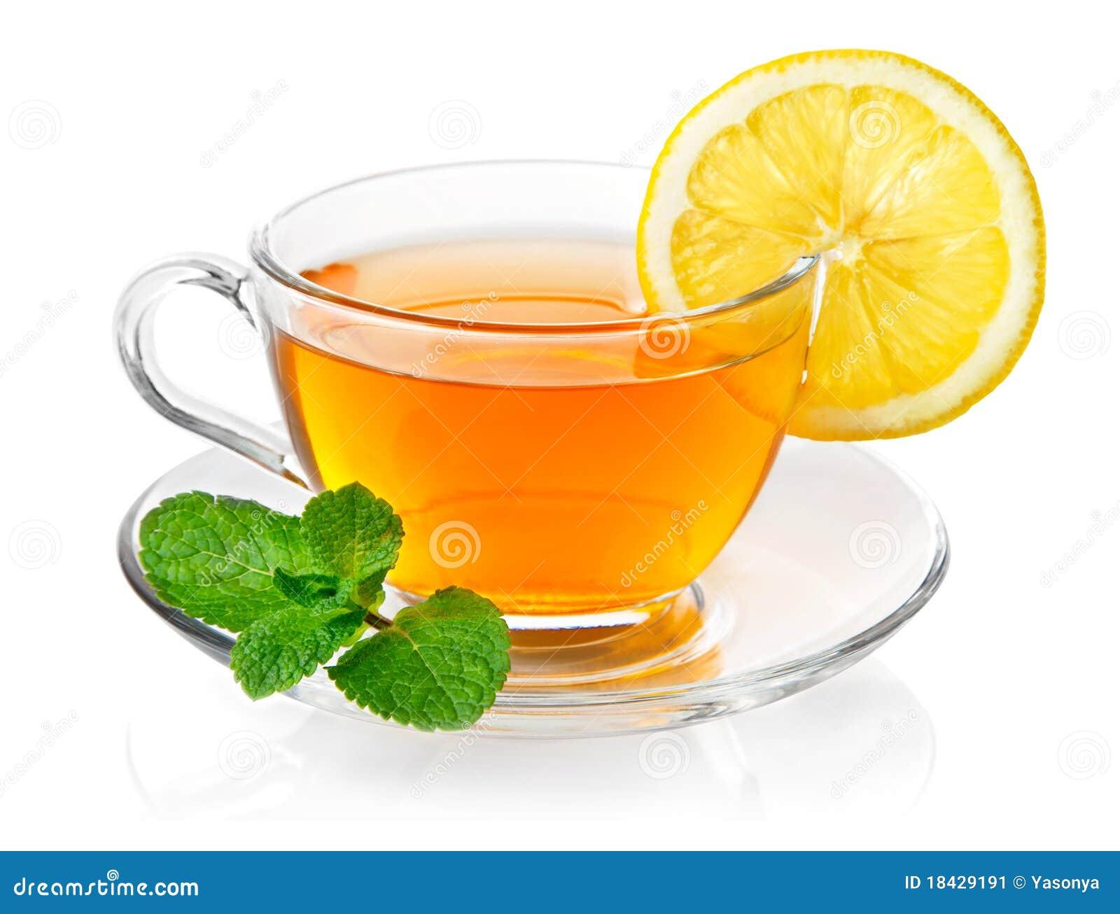 Tee im Cup mit Blattminze und -zitrone
