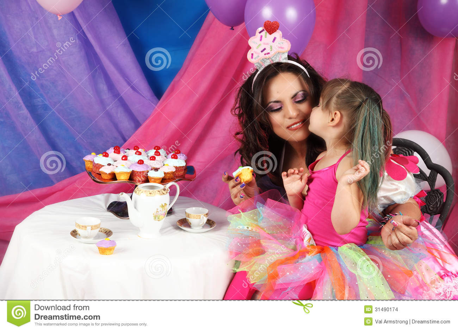 Tee-und des kleinen Kuchens Partei-Kuss