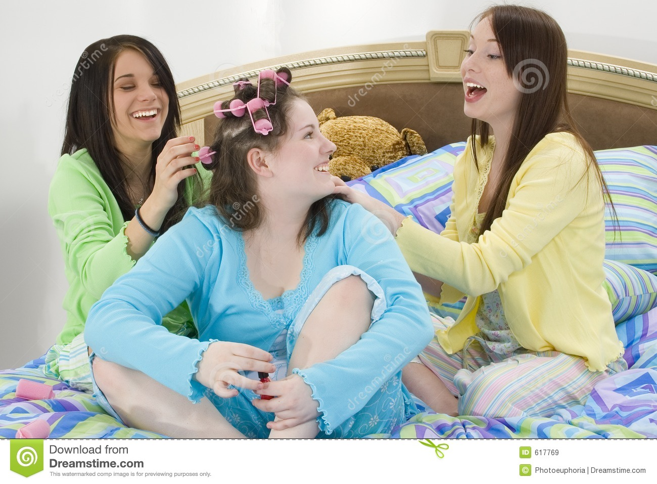 3 Ways to Plan a Girls Slumber Party - wikiHow