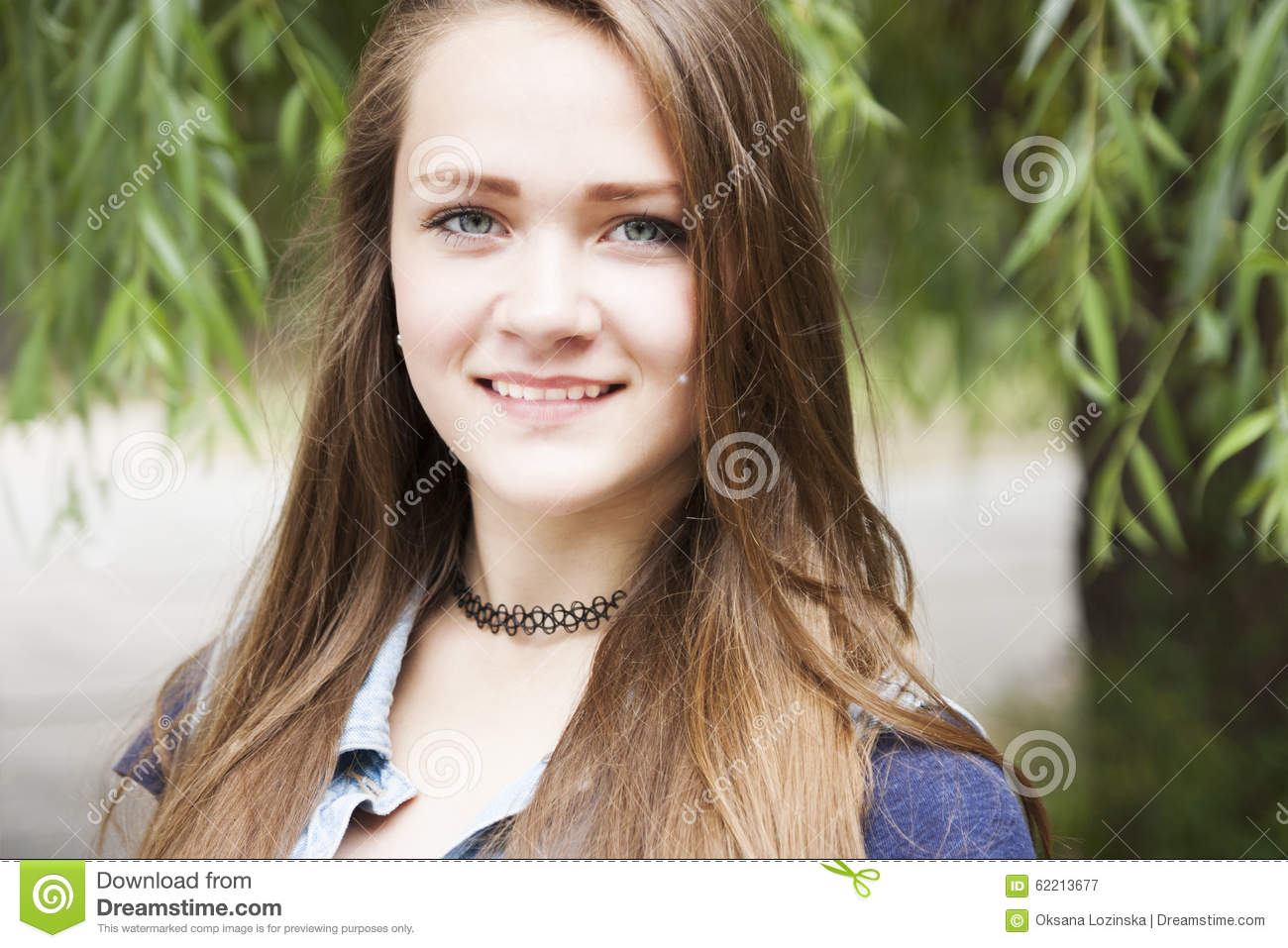 Teen girl sitting outside concerned thinking royalty free stock photography - Tiener meubilair ruimte meisje ...