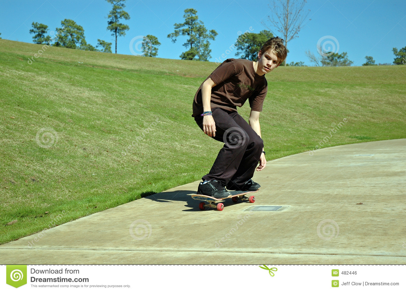 Teen sluttande skateboradåkare