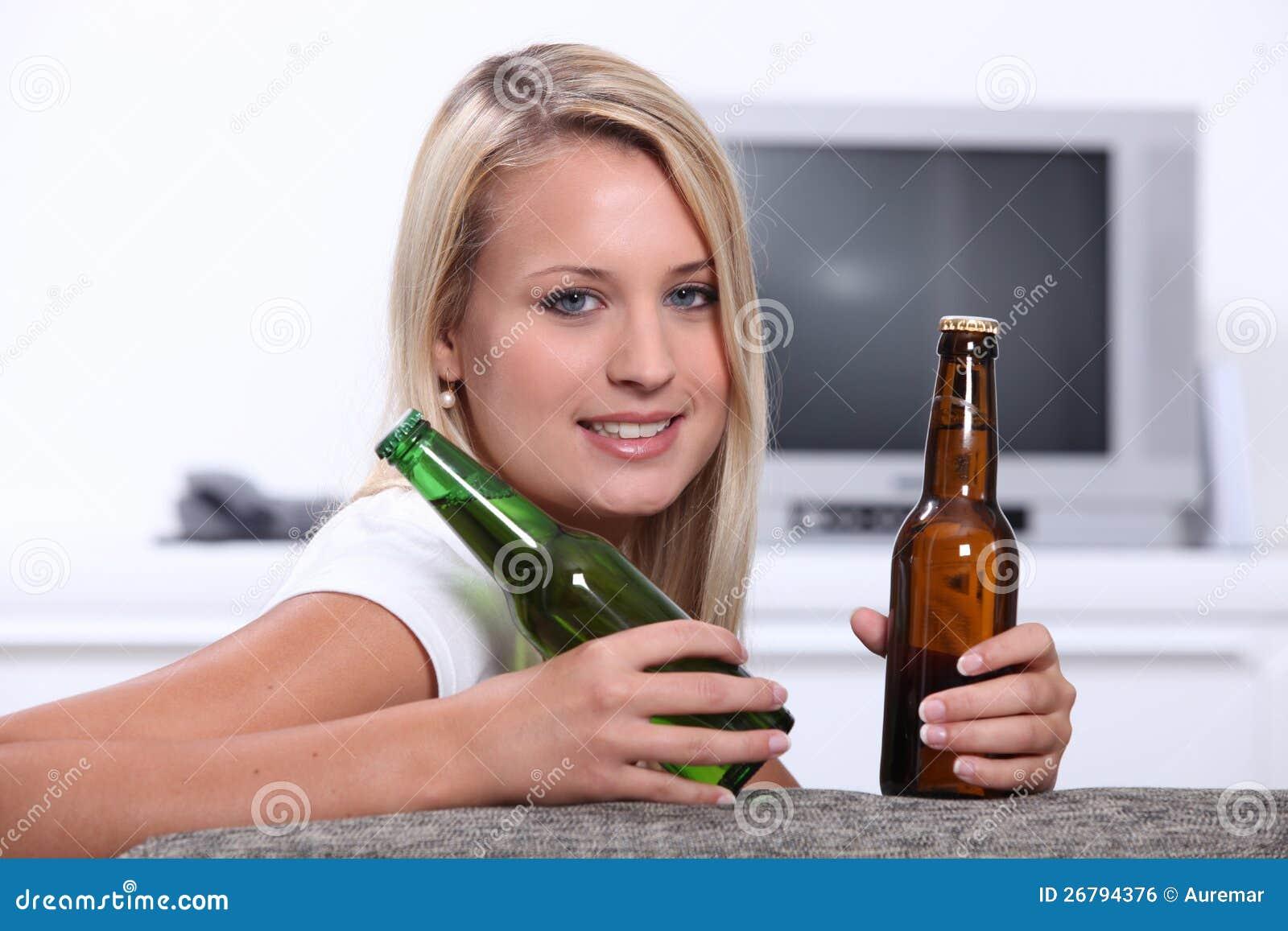 Девушки с бутылкой пива фото