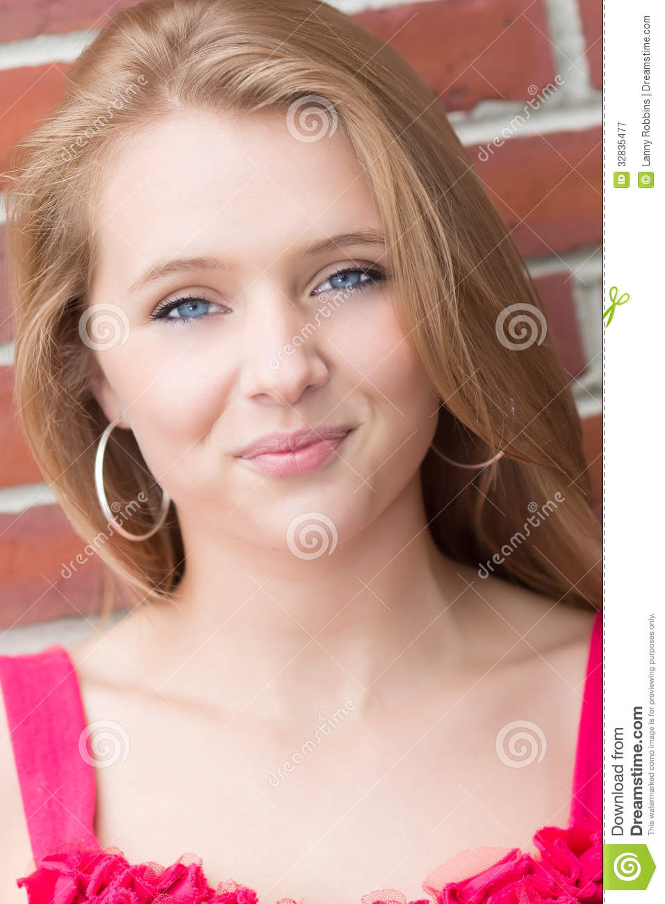 Smiled Teenage girl with blonde hair complicité épouse