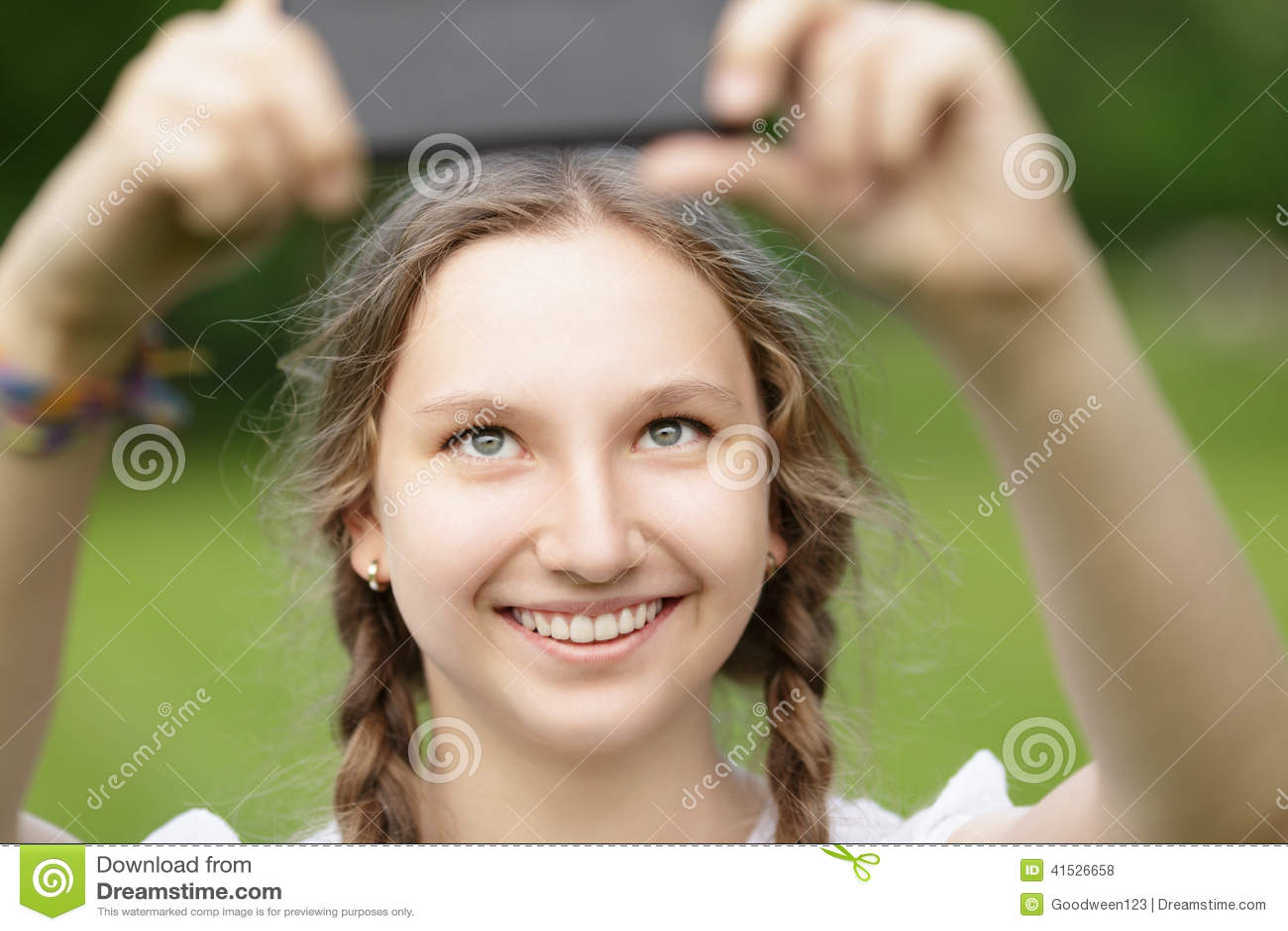 Снимает себя на мобильник 8 фотография