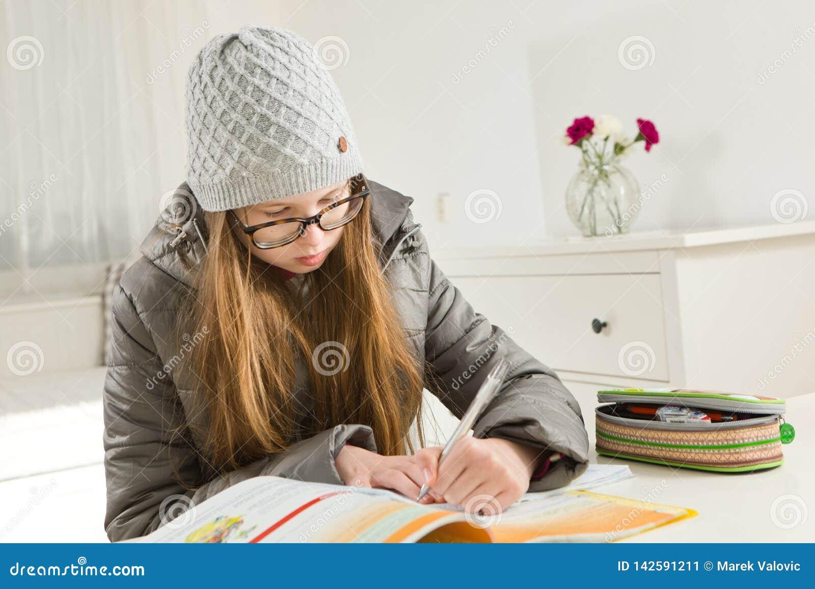 Teenaged dziewczyny iść praca domowa w ciężkim warunku - ogrzewać no pracuje podczas zima czasu