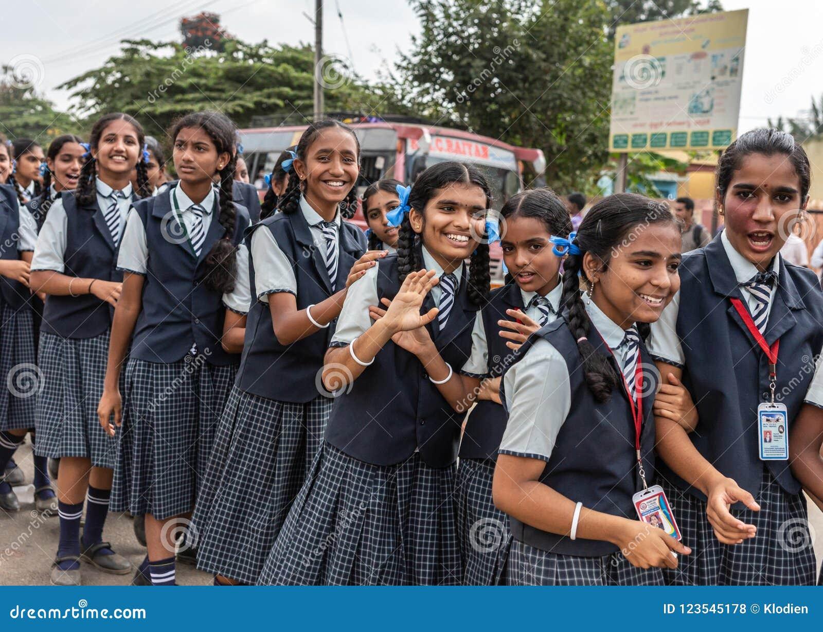 Teenaged szkolne dziewczyny przy Karnataka Rajyotsava Paradują, Mellahalli