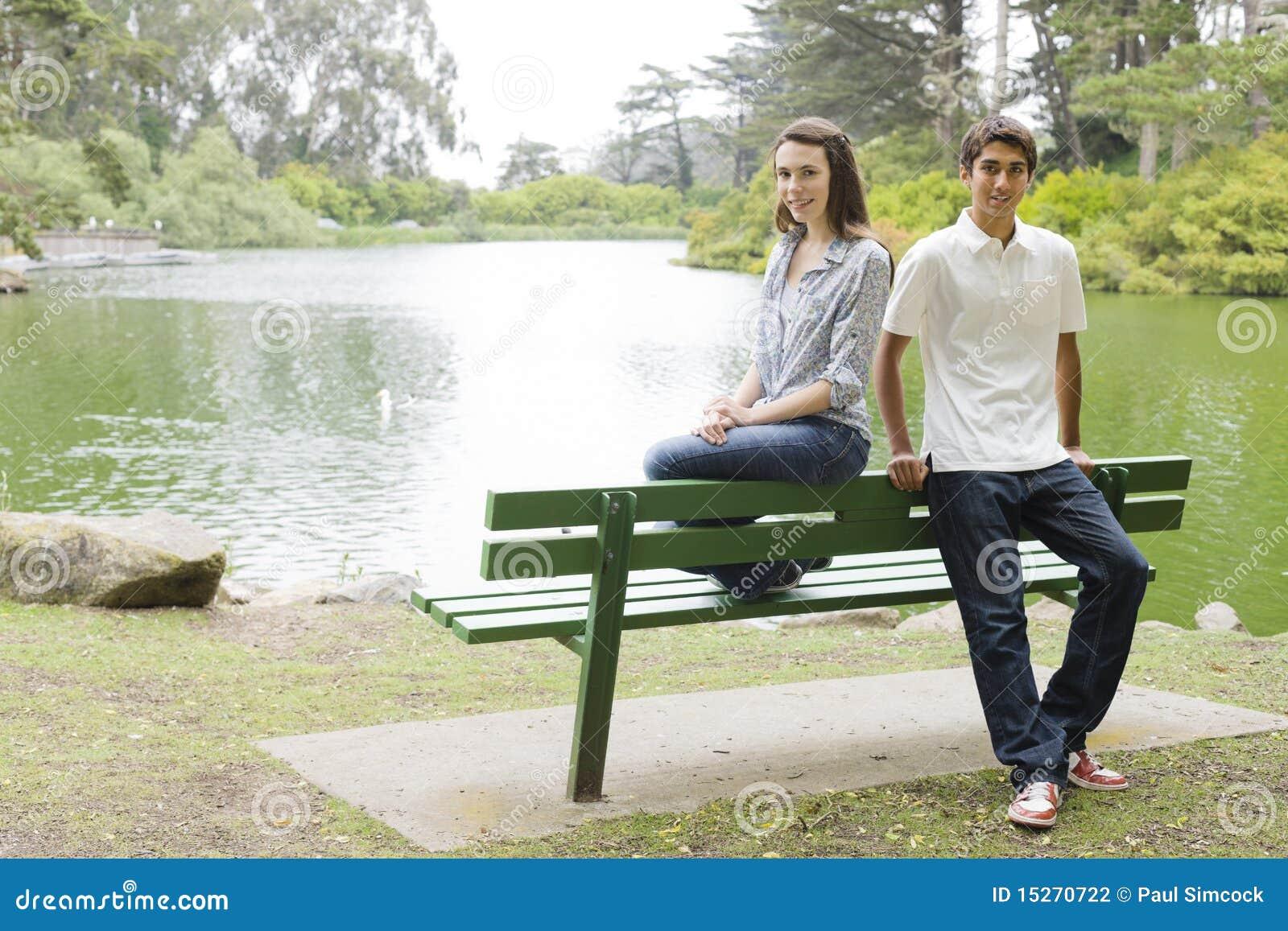 Teenager auf Park-Bank