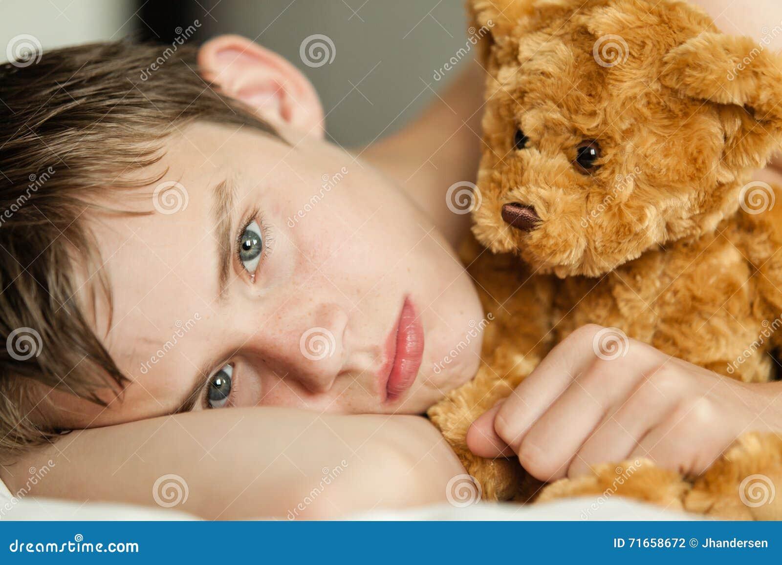 Bemerkenswert Bett Teenager Dekoration Von Teenager, Der Auf Mit Brown Teddy Bear