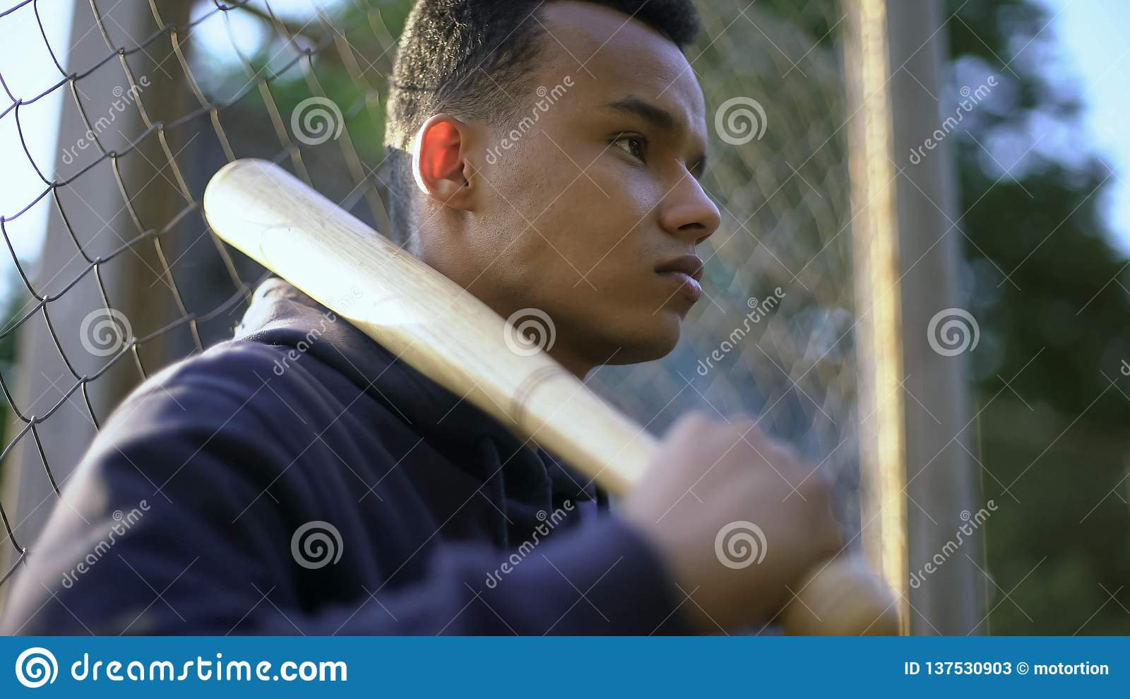 Teenager, der Baseballschläger, Jugendgruppe im Getto, Jugendkriminalität hält