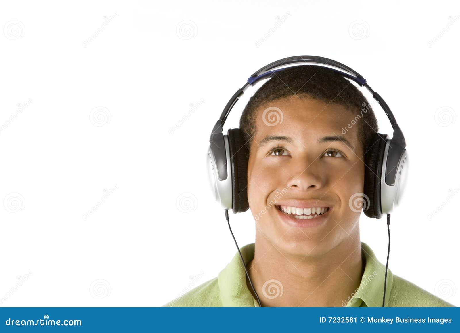 Teenager, der Musik auf Kopfhörern hört