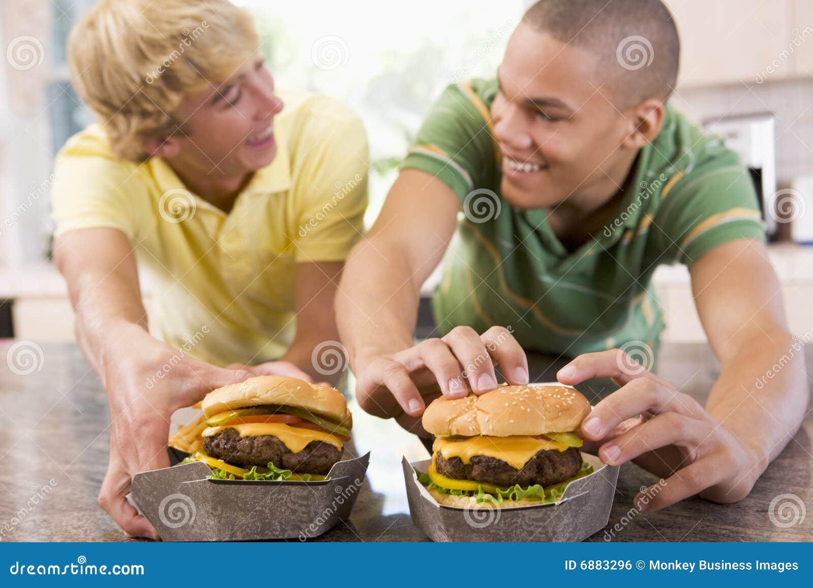 teenager die burger essen stockfoto bild von horizontal 6883296. Black Bedroom Furniture Sets. Home Design Ideas