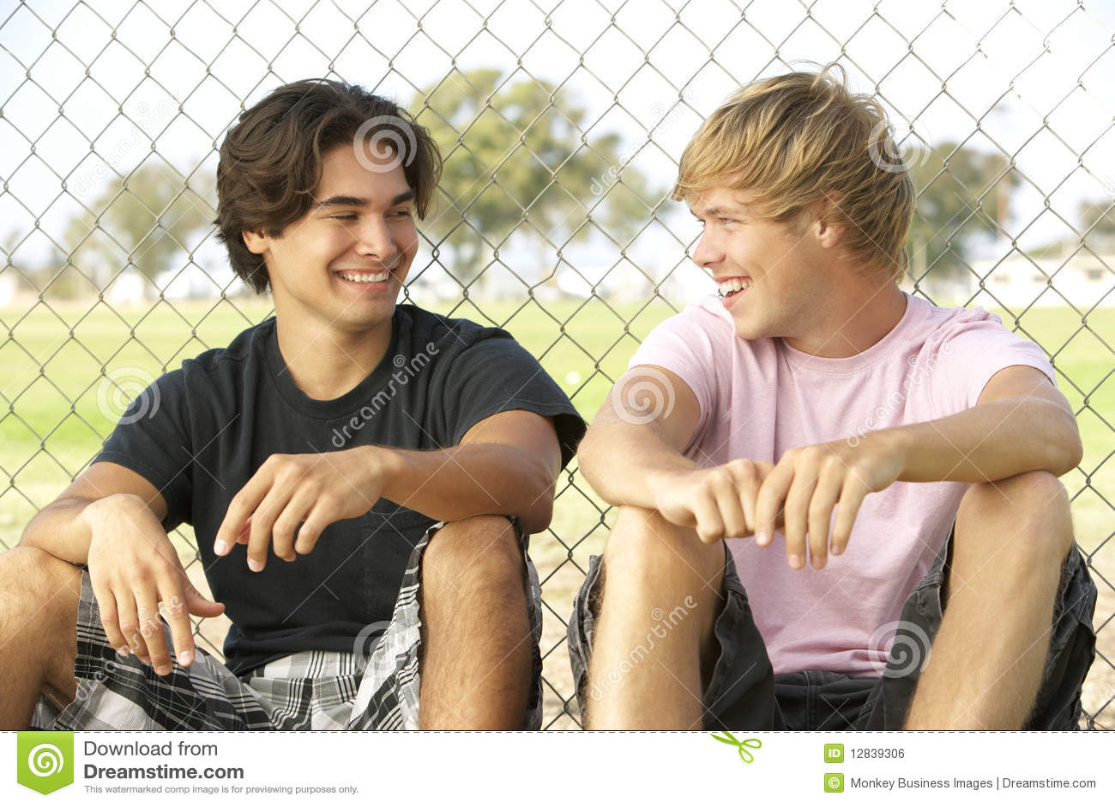 Teenager, die im Spielplatz sitzen