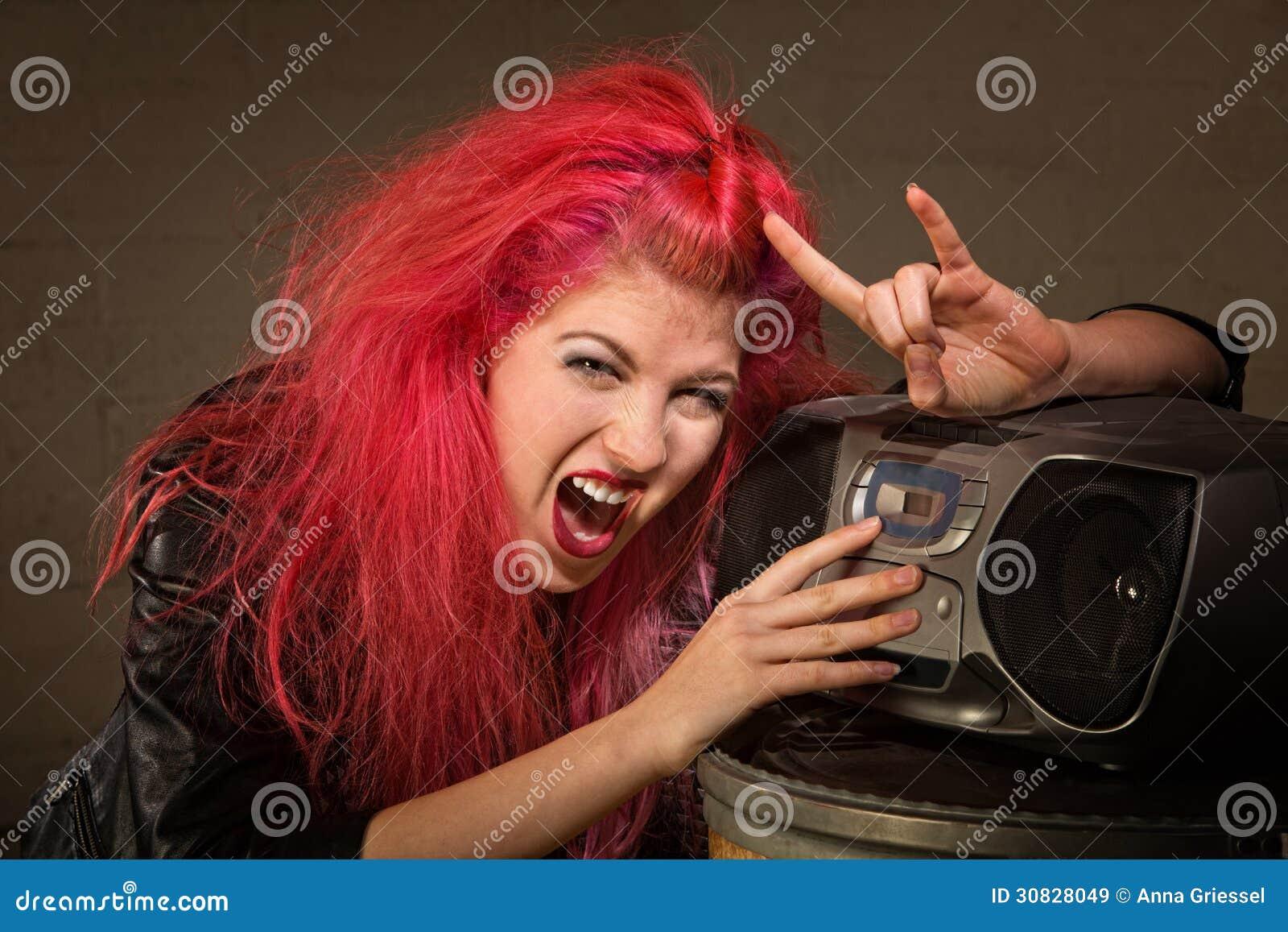 Teenager emozionante con la radio