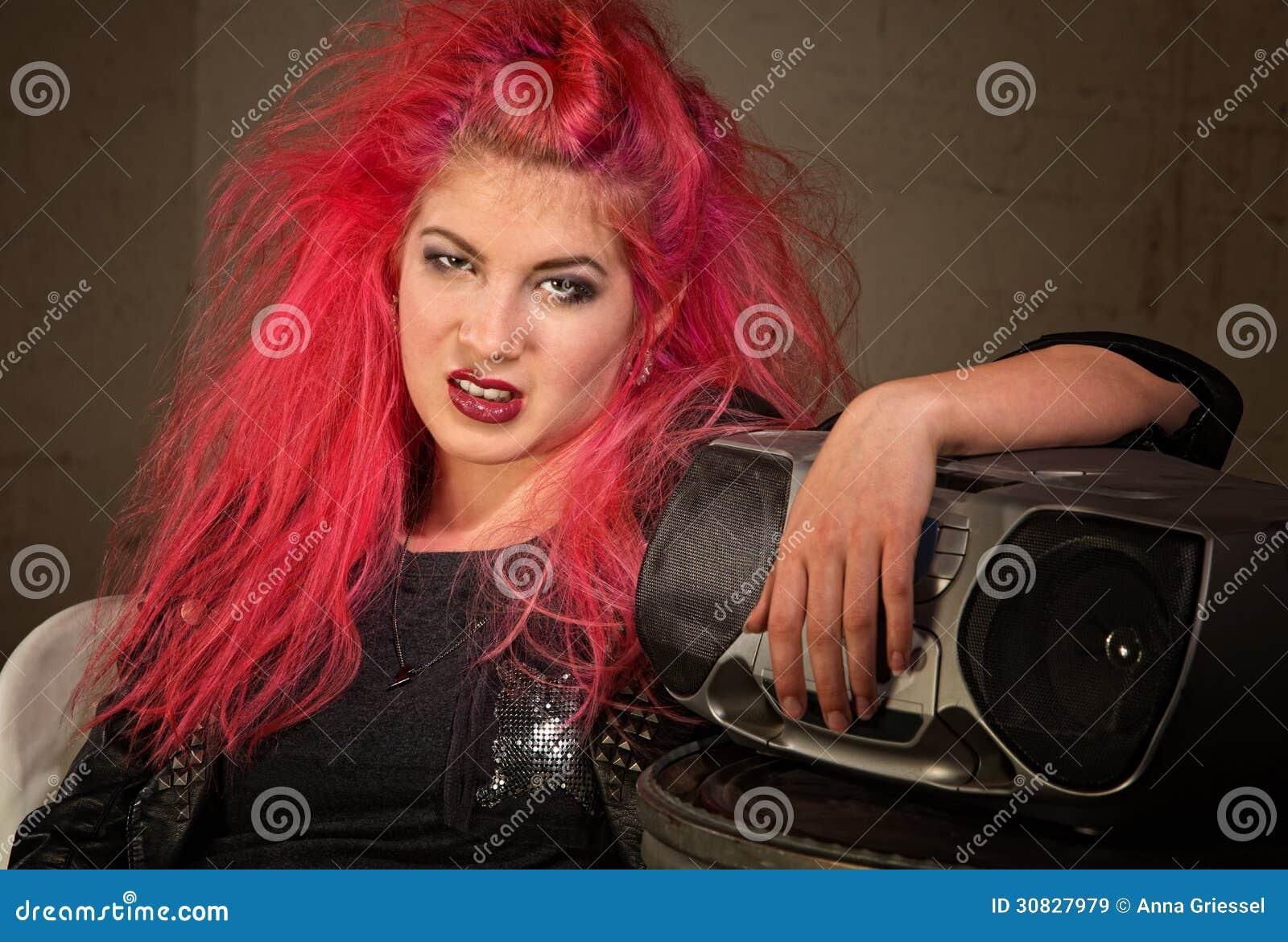 Teenager lunatico con capelli rosa