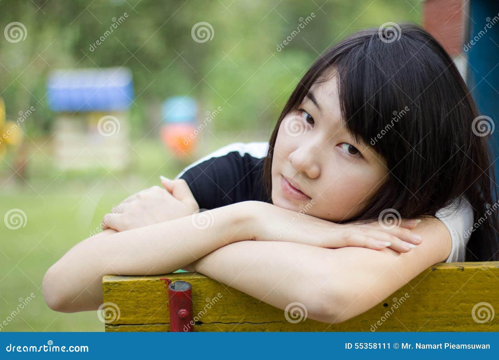 Teenager tailandese delle donne dell Asia si rilassa sul parco