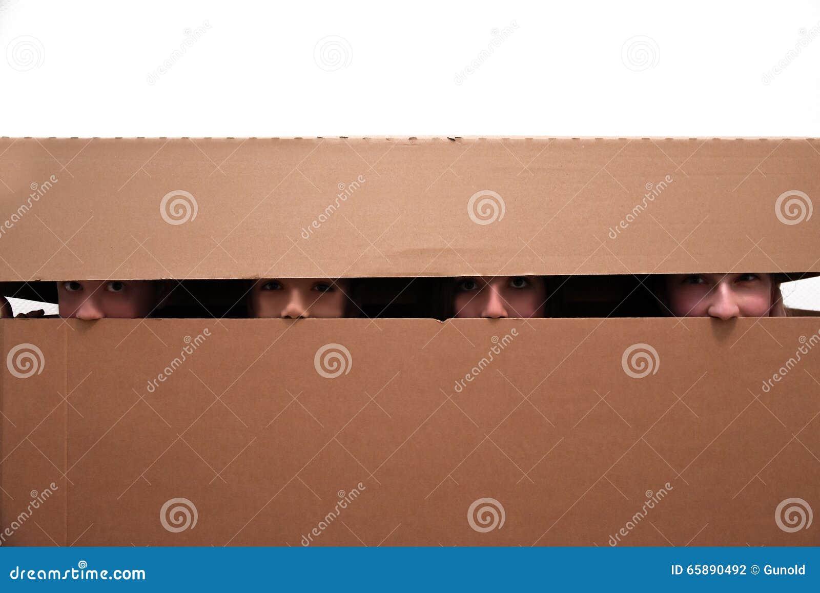 Teenager versteckt in beweglichem Kasten