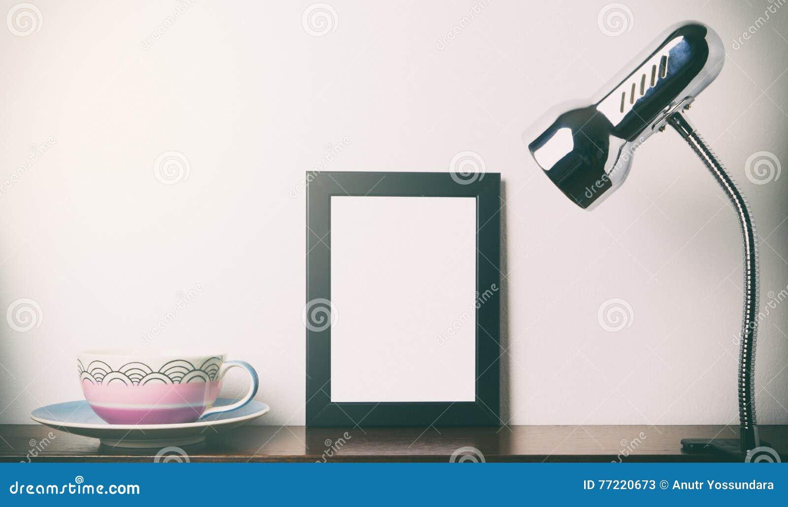 Teeschale Und Leeres Foto Gestalten Licht Auf Einem Regal Stockbild