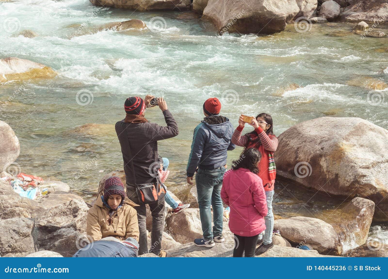 Teesta rzeki przód, Yumthang dolina, Styczeń 1 2019: Turystyczni ludzie bierze selfie zbyt zamkniętemu rzeka po niedawnej wiadomo