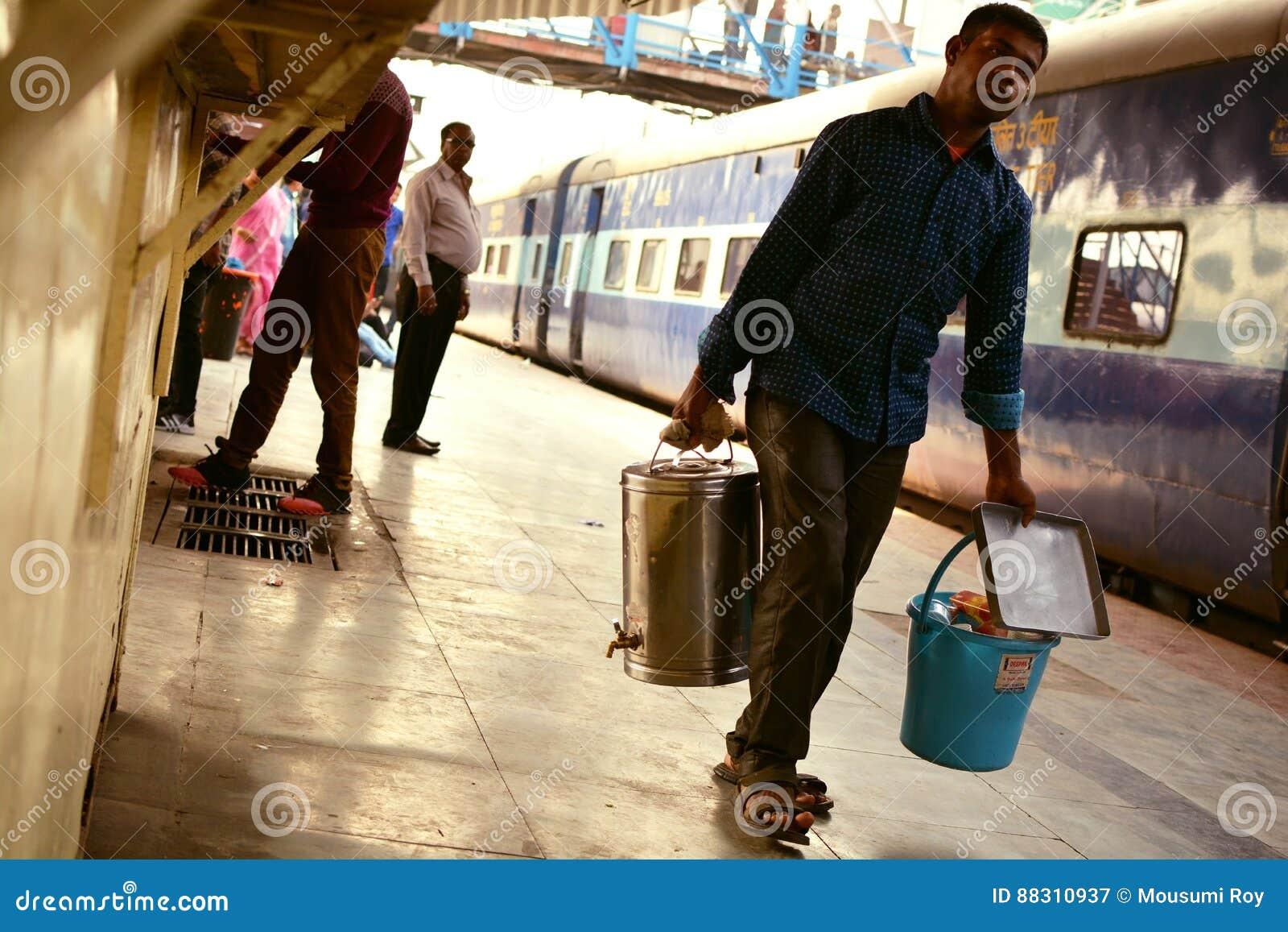 Teförsäljare på den indiska järnvägsstationen
