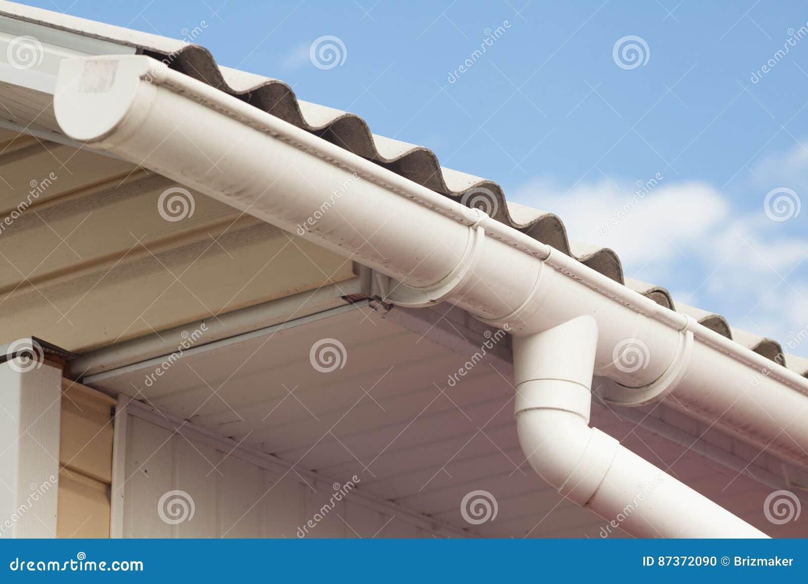 Tegels van het asbest de oude gevaarlijke dak