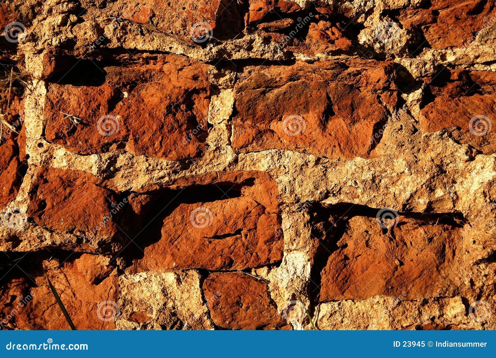 Tegelstenar stänger den gammala övre väggen
